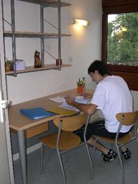toutes les chambres sont meubles lit bureau table dappoint table de chevet placard et tagre et quipes dune cabine douche et wc - Lyon Chambre