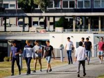 Élèves sortant du campus, en extérieur